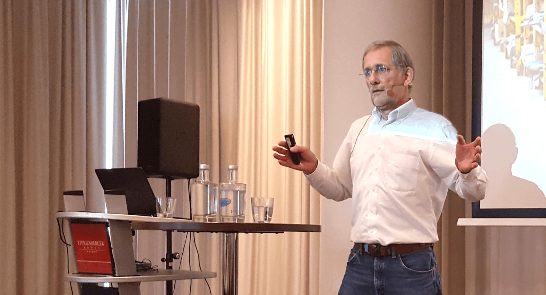 Andreas Noll beim Vortrag über Ersatzteil-Lebenszyklus